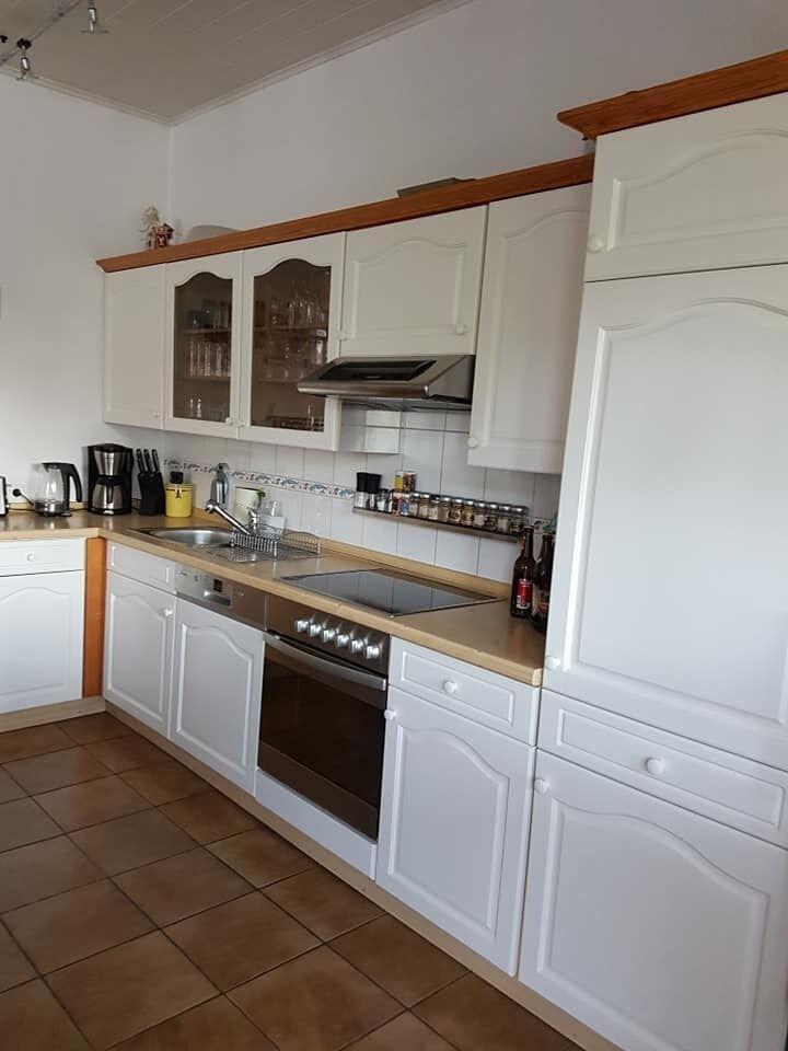 Alte blaue Holzküche nache dem Küche streichen mit Kreidefarben